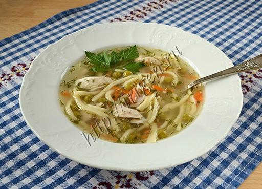 суп куриный с домашней лапшой и зеленым горошком