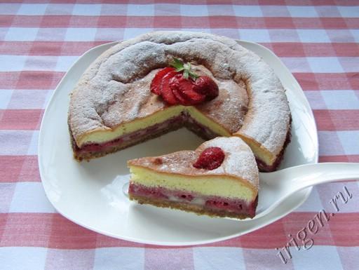 фотография трехслойного пирога с клубникой