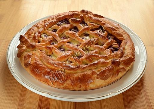пирог из свежих дрожжей с мороженой вишней