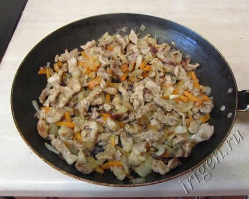 обжаренное мясо с луком и морковью фото