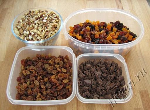 подготовленные сухофрукты и шоколад фото