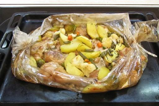 Грудка с овощами в рукаве
