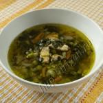суп мясной с зеленым горошком и шпинатом