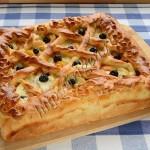 дрожжевой пирог с яблоками, абрикосами и голубикой