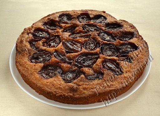 американский пирог со сливами после выпечки