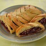 пирог коса из слоеного теста с ягодной начинкой
