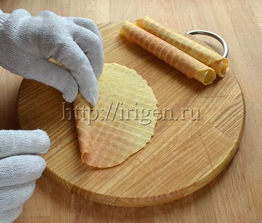 свертывание вафли в трубочку