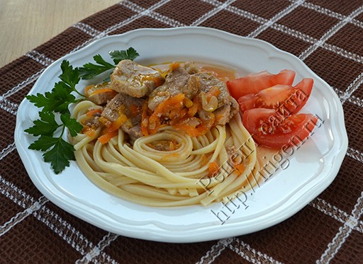 тушеное мясо в томатном соусе в мультиварке