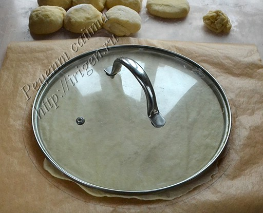 обрезка коржа с помощью крышки