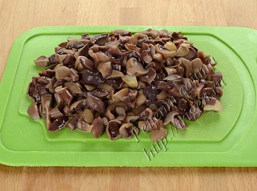 нарезанные маринованные грибы