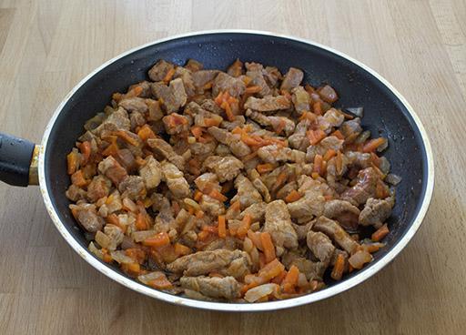 обжаренное мясо с луком и морковью