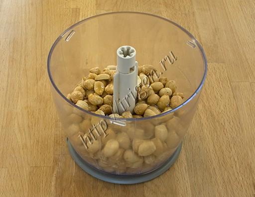 арахис с медом и солью перед измельчением