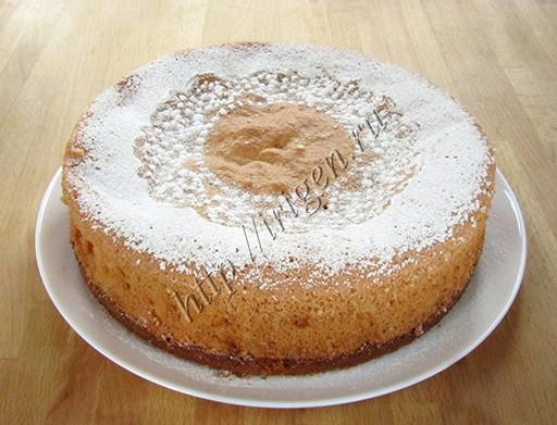 готовый трехслойный яблочный пирог