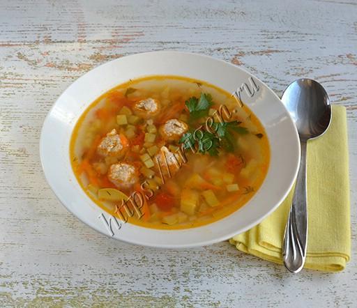 суп с фрикадельками, кабачком и булгуром