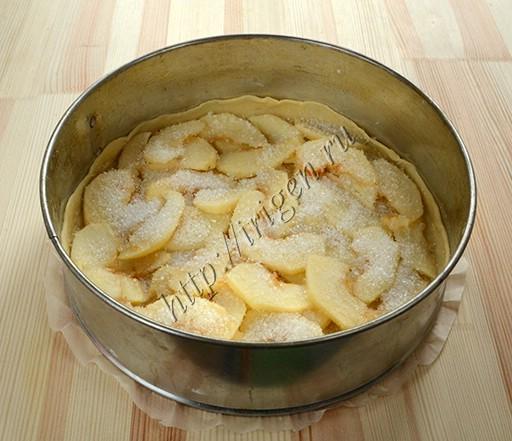 укладывание слоев теста и яблок