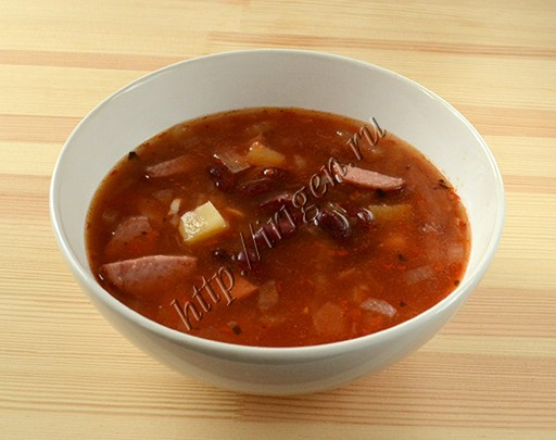 томатный колбасный суп с фасолью
