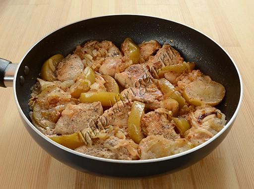 куриная грудка с яблоками  после тушения