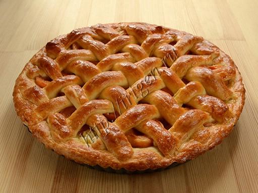 дрожжевой пирог с решеткой с начинкой из яблок и абрикосов