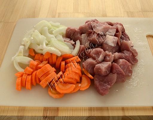 подготовка мяса, лука и моркови