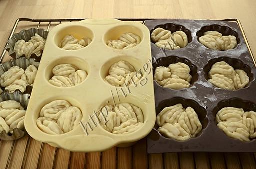 кексики с грушей в формочках перед выпечкой