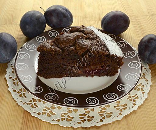 шоколадный бисквитный пирог со сливами