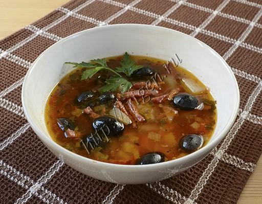 колбасный суп с маслинами