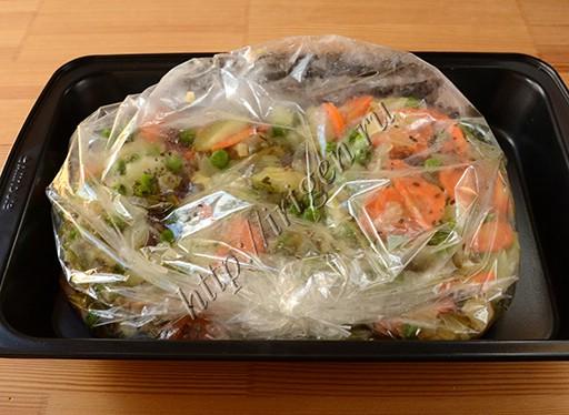 утиные грудки с овощами в рукаве перед запеканием