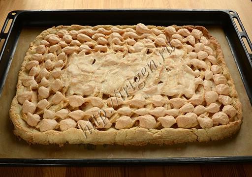 Пирог песочный с яблоками и безе после выпечки