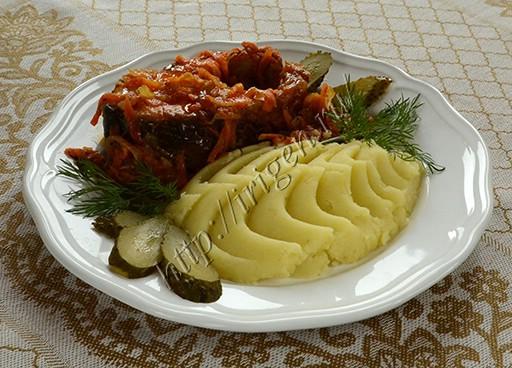 жареная горбуша в овощном соусе