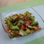 салат из авокадо с помидорами и огурцами