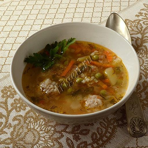суп с фрикадельками, рисом и зеленым горошком