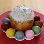 кулич нежный и крашеные яйца