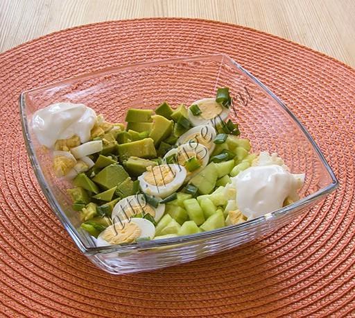 салат из авокадо, огурцов и яиц