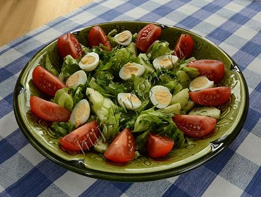 салат овощной с перепелиными яйцами
