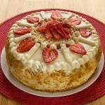 бисквитный торт со сливочным заварным кремом и клубникой