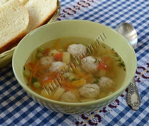 суп с куриными фрикадельками и зеленым горошком