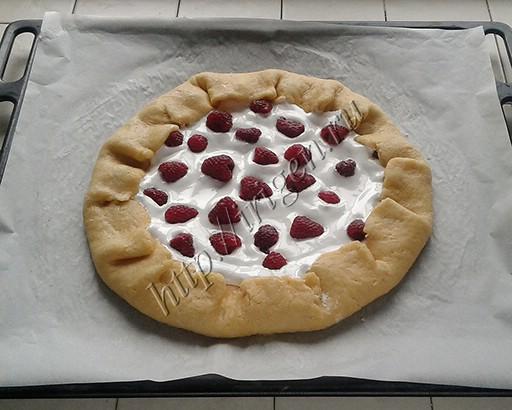 галета дрожжевая с безе и ягодами перед выпечкой