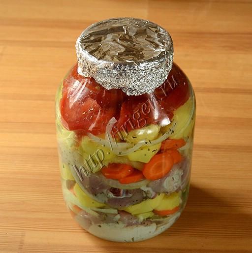 курица с овощами в банке перед запеканием в духовке