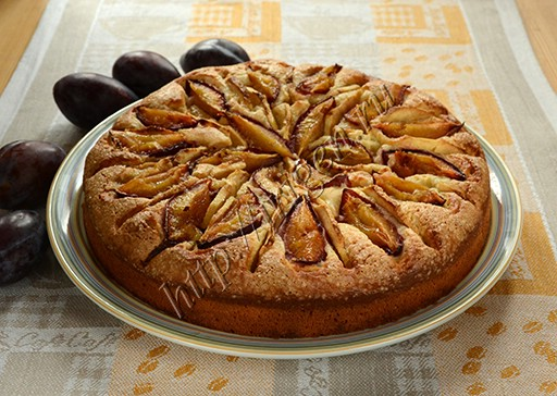 быстрый пирог на сметане со сливами и яблоками