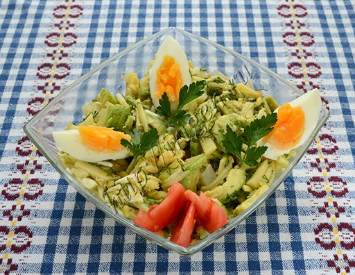 салат из авокадо с яблоком и сыром