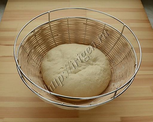 хлеб на расстойке в корзине