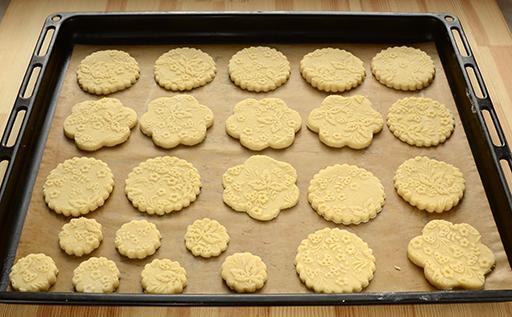 печенье с узором перед выпечкой