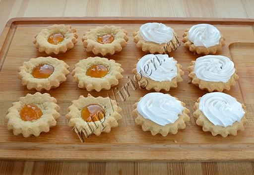 пирожные корзиночки с абрикосовым джемом и белковым кремом