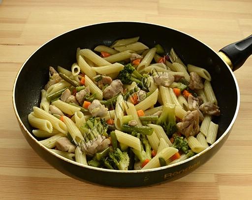 приготовление пасты с курицей и овощами