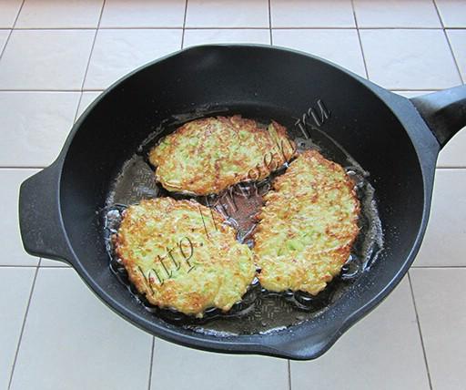 приготовление кабачковых оладий с кус-уксом