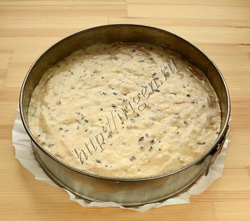 пирог с грушей и шоколадом перед выпечкой
