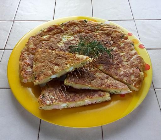 сырная лепешка с колбасой, зеленью и яйцом