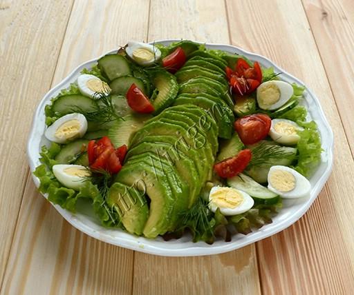 салат из авокадо с перепелиными яйцами