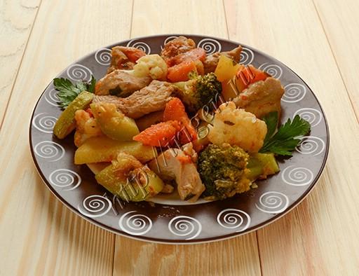 овощное рагу с пряной курицей на сковороде