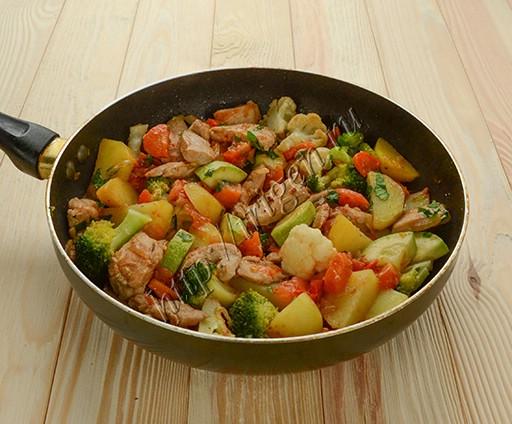 приготовление овощного рагу с пряной курицей